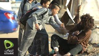 أطفال يضربون مجنون في الشارع .. شوف رد فعل الناس