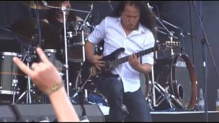 Herman Li (chino dragonforce) se le cae la guitarra mientras toca through the fire and flames xD