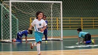 garoto de 8 anos jogando  futebol