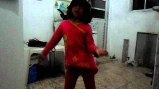 nina linda dançando