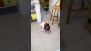 Bebe se cae por levantar una moneda