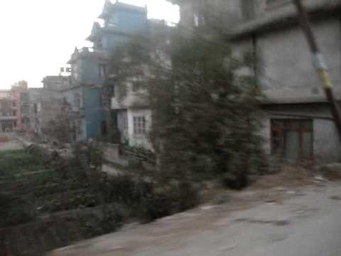 19 13 Prof. Juan Lázara por suburbios de Kathmandu.MPG