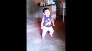 Garoto de 2 anos dançando ao som da Liberdade (Natanael)