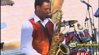 Tsegaye Eshetu Performing Live Zemnanit On Ethiopian Christmas 2007