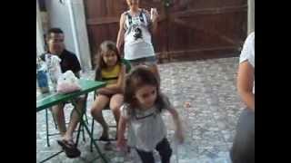Menina linda e sensual dançando Kuduro