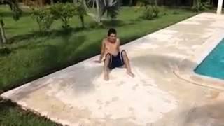 Ataque a nudista en piscina