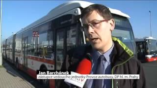 Dvoukloubový autobus na zkouškách v Praze