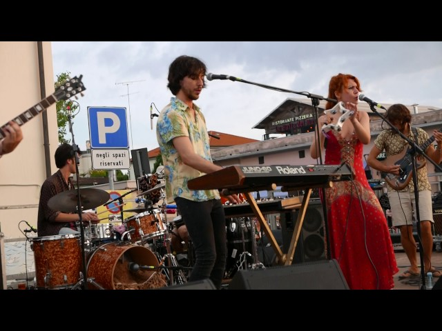 Vídeo de Altin Gün en directo en un concierto.