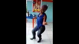 Veia chapadona dançando no bar da esquina