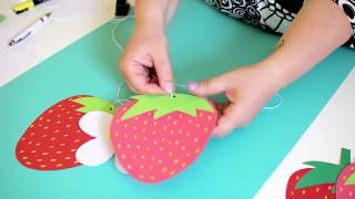 Kreativa Karin gör en jordgubbsgirlang av papper