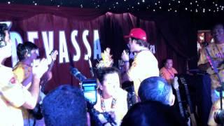 BENDITOS cantam Parabéns para Regina Casé