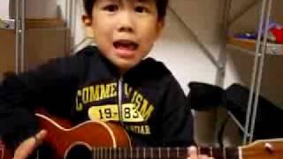 Μικρούλης τραγουδάει και παίζει κιθάρα