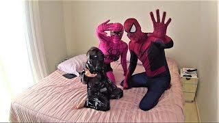 Homem Aranha e Homem de Ferro resgatam a Mulher Aranha do ataque do Darth Vader