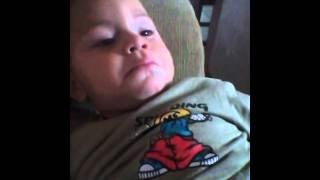Menino emocionado com o video da bonequinha