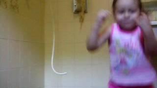 Iasmin cantando o melô da Cláudia Leitte (:
