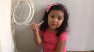Criança chora querendo ir para a escola - princesa Darah
