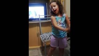 """Nina dançando """"Meu Barquinho"""""""
