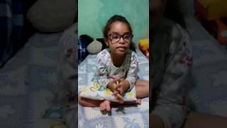 Menina de  três anos cantando Paulo e silas
