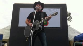 Lee Kernaghan - I milk cows... LIVE 2011