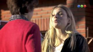 Beso de Valentina Zenere y Agustín Bernasconi