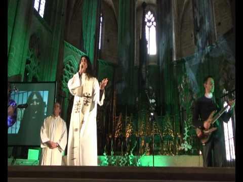 Padres do Fim dos Tempos: Padre Jony e sua missa rock, em plena Catedral de Tortosa, na Espanha. O Pai Nosso foi cantado ao som de rock, assim como o resto das músicas da liturgia