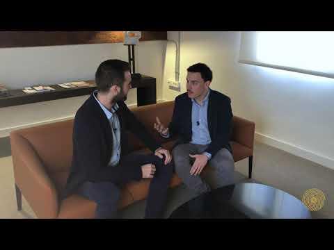 Entrevista de Fernando Miralles a Javier Ribas, cofundador de Vadevalor. Javier habla sobre su trayectoria profesional y sobre la historia y el objetivo de Vadevalor. También explica conceptos como qué es un fondo de inversión, la diferencia entre inversión activa y pasiva y da su opinión sobre el mercado de renta fija.