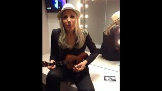 Corinne Hermes joue du yukulélé pour ses fans