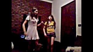 sandy e sofia dançando funk prisioneira