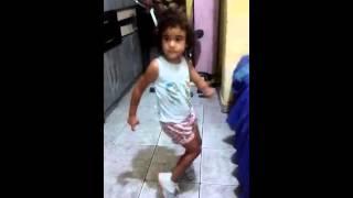 Gabi dançando passinho do romano