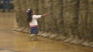 Niña interrumpe ceremonia militar para abrazar a su papá, al que no veía hace meses