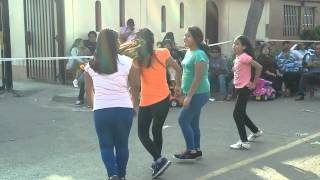Niñas bailan BALADA BOA en  concurso de sucolegio