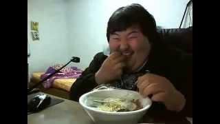 Gordinho Rindo da comida Koreano