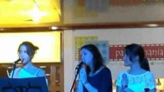 "Marta com Catarina e Margarida cantando ""Tribalistas"""