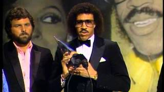 Diana Ross and Lionel Richie Win Pop/Rock Single - AMA 1982