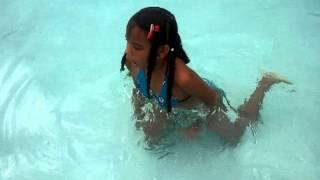Eli nadando en bikini