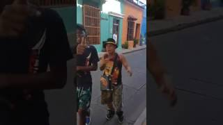 Rap Callejero | Dos Adolescentes Improvisan en un callejon de Colombia.