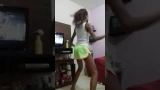 Menina maluca dança ingual a Anit