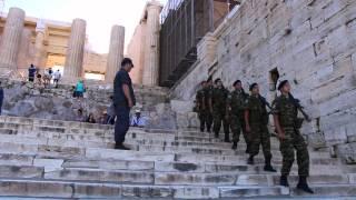 Soldados marchando na Acrópole de Atenas
