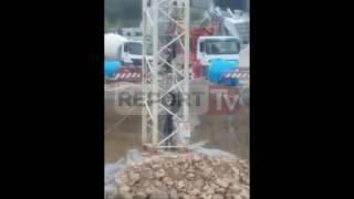 Report TV - Erjon Selimaj duke zbritur nga vinçi
