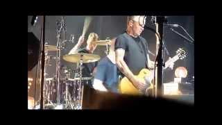 Pearl Jams drummer Matt Cameron losing a stick