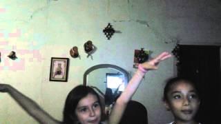 Dos niñas cantando viven me 5