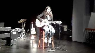 """Margarida Góis nos jovens artistas a cantar """" de Yasmine    Carvalho , tu és um erro """""""