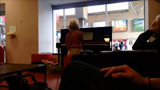 Performance of the Ocean etude by Chopin on a street piano in munich central station