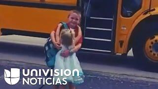 La tierna costumbre de una niña que todos los días recibe a su hermano con un fuerte abrazo