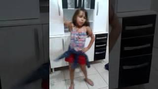 Menina de 7 anos dancando olha a explosao com ágata