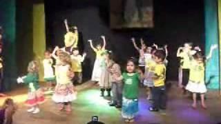 """Beatriz dançando """"Eu amo meu Brasil"""""""