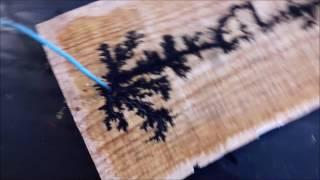 Corrente elétrica na madeira