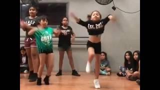 Niña bailando popping Hip-Hop