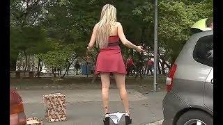 Gostosa deixa calcinha cair no chão e pede ajuda para os homens