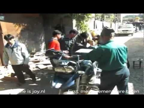 Crating/boxing/packing BMW R1200GS motorbike in Nepal traveling around the world on moto